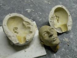Kopf aus Ton und Gipsformhälften