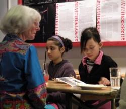 Die Kinder essen mit ihren Theaterpaten Kuchen