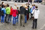 Die Dicke umringt von Jugendlichen in Husum, Deutschland