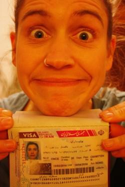 Julia mit ihrem Visum für den Iran
