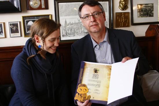 Der Leiter des Deutschen Sprachinstituts Teheran überreicht mir das erste Zertifikat