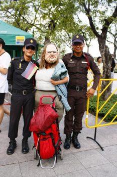 'Die Dicke' mit thailändischen Polizisten
