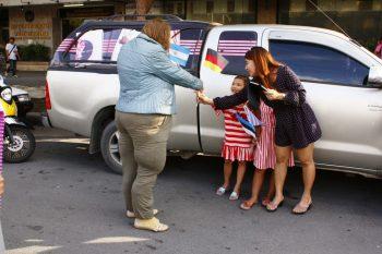 'Die Dicke' tauscht ihre Fahne mit thailändischen Kindern