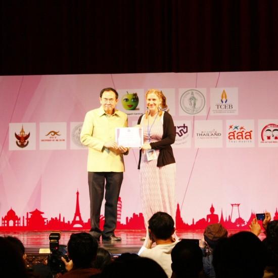 Der Kultusminister überreicht mir meine Auszeichnung