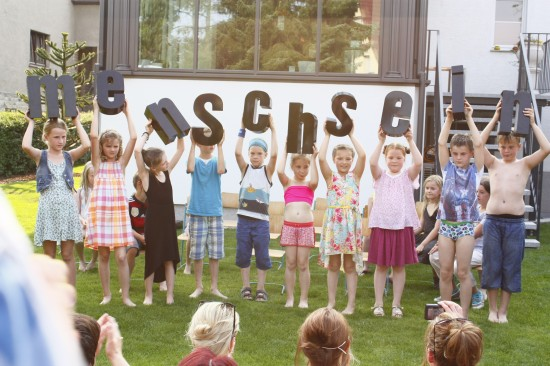 Szenenfoto, die Klasse 2c beim Sommerfest in Halle; Foto: Carsten Bach