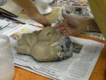 'Troll'-Maske in Ton von Tina; dritte Papierschicht wird aufgetragen