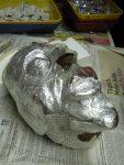 'Erschrockener', Maske in Ton von Julius, erste Papierschicht wird aufgetragen