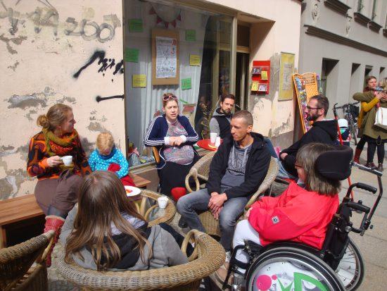 Zusammensitzen vor dem 'Atelier: Fiese 8'
