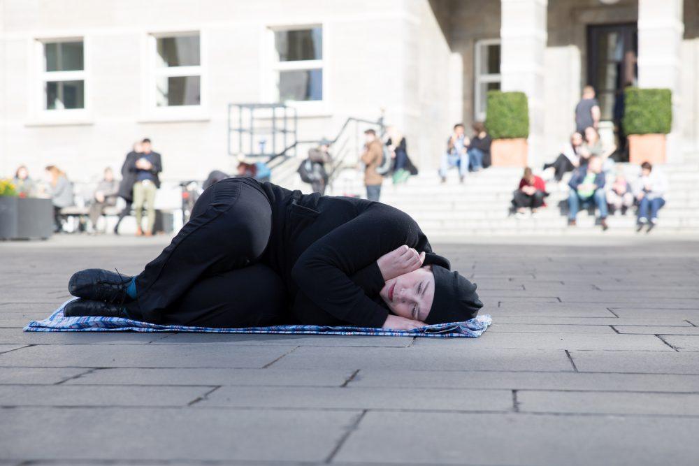 TASCHEN- Zweite Performance im öffentlichen Raum; Foto: Julia Fenske
