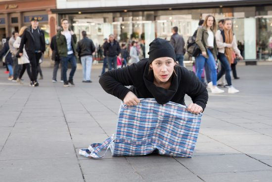 TASCHEN - Performance im öffentlichen Raum; Foto: Julia Fenske