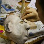 Figurenkopf wird bemalt; Workshop Figurenbau; Johanniter Akademie Leipzig