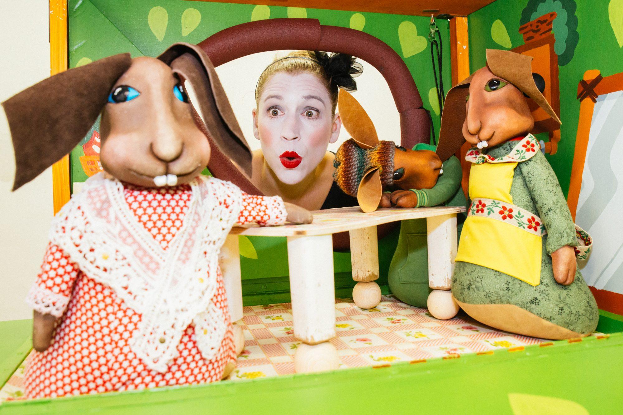 Julia Raab als Erzählerin ihrer Figurentheater-Produktion 'Der Sängerkrieg der Heidehasen', zu sehen in einer Szene mit Lodengrün, Mutter Lodengrün und der Nachbarin Karline