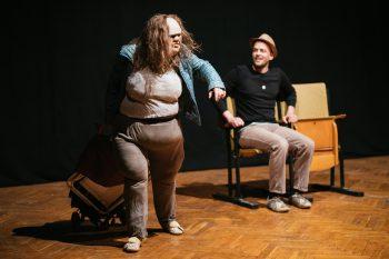 Julia Raab als ihre mehrfach ausgezeichnete Maskenfigur 'Die Dicke' zieht ihren Trolley über die Bühne. Sie ist Teil der Eröffnung der Freien Spielstätte Halle 2019.