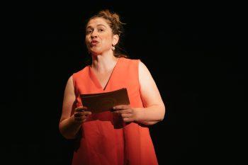 Julia Raab im roten Kleid - moderiert durch das Abendprogramm der Eröffnung der Freien Spielstätte Halle