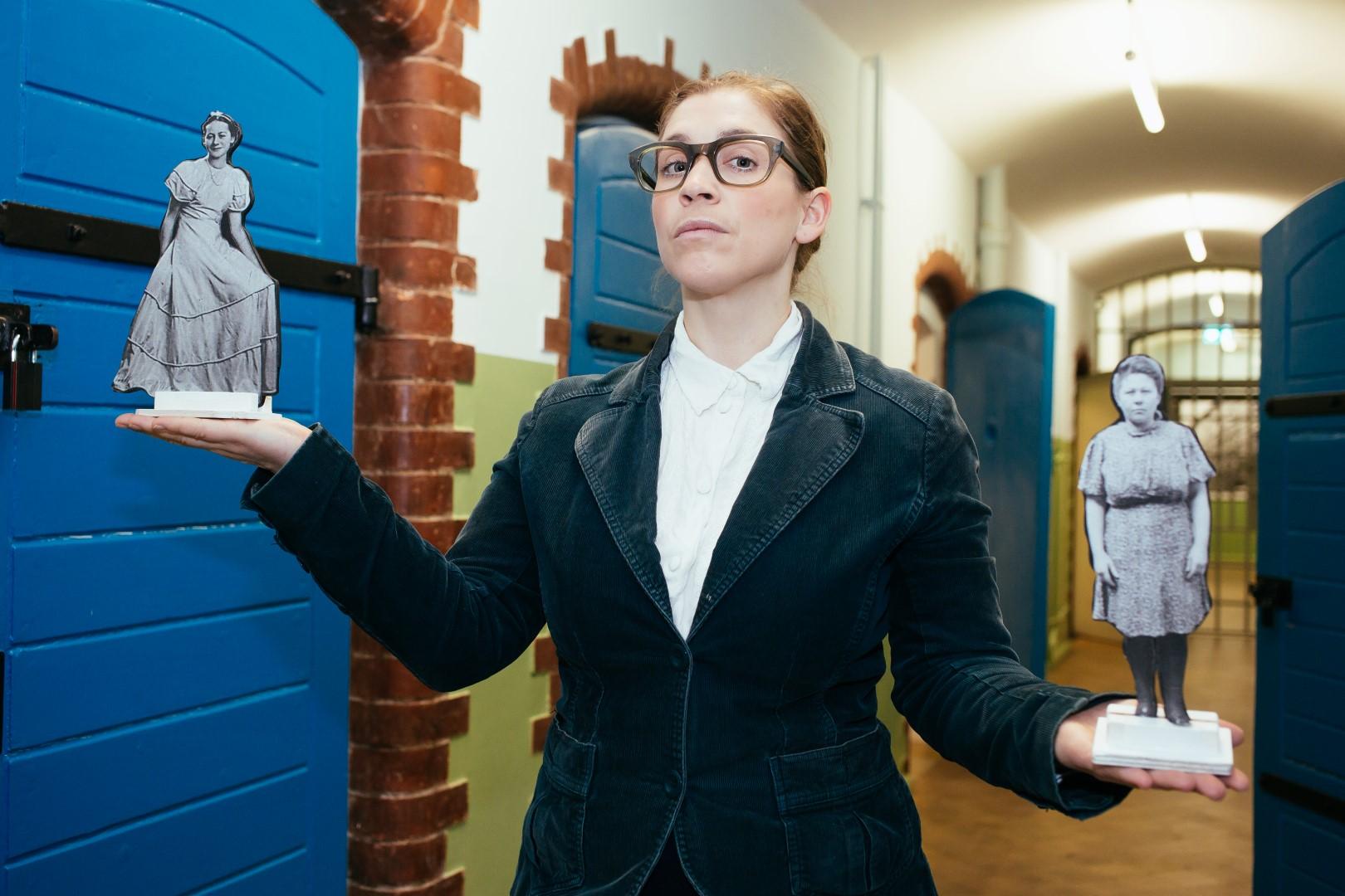 Figurenspielerin Julia Raab auf dem Pressefoto der szenischen Lesung mit Figurenspiel 'Im Frühling hat man keine Lust zu sterben!'; Foto: Julia Fenske