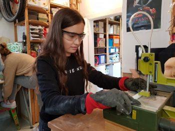 Workshop-Teilnehmerin mit Upcycling-Figur die im Rahmen eines Workshops, des Treffens 'Schultheater der Länder 2019' in Halle (Saale), im Atelier fiese8 enstand.