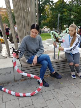 Workshop-Teilnehmerinnen mit Upcycling-Figur die im Rahmen eines Workshops, des Treffens 'Schultheater der Länder 2019' in Halle (Saale), im Atelier fiese8 enstand.