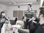 Teamsitzung für die Figurentheater-Produktion 'Der schwarze Hund', hier am Tisch im Gespräch: Inka, Carsten und Alexander
