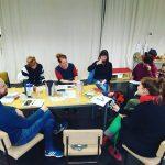Teamsitzung für die Figurentheater-Produktion 'Der schwarze Hund' am Tisch.