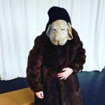 Figurenspielerin Julia Raab trägt eine prototypische Hundemaske und improvisiert.
