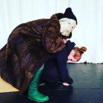 Figurenspielerin Julia Raab trägt eine prototypische Hundemaske und improvisiert mit Kollegin und Theaterpädagogin Anja Schwede.