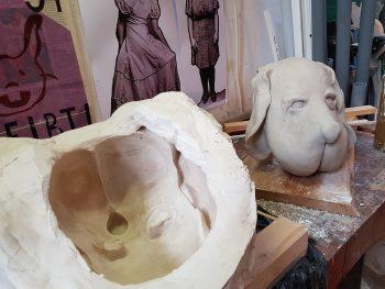 Gipsform und getrocknete Hundemaske aus Hatovit