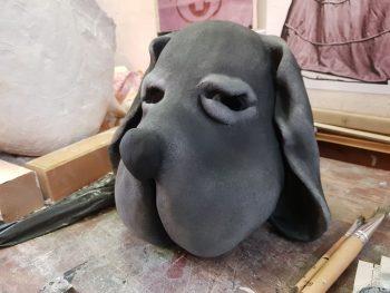 Hundemaske mit erster farblicher Gestaltung