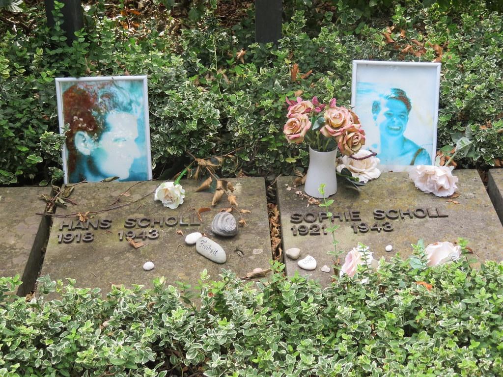 Das Grab von Sophie und Hans Scholl in München