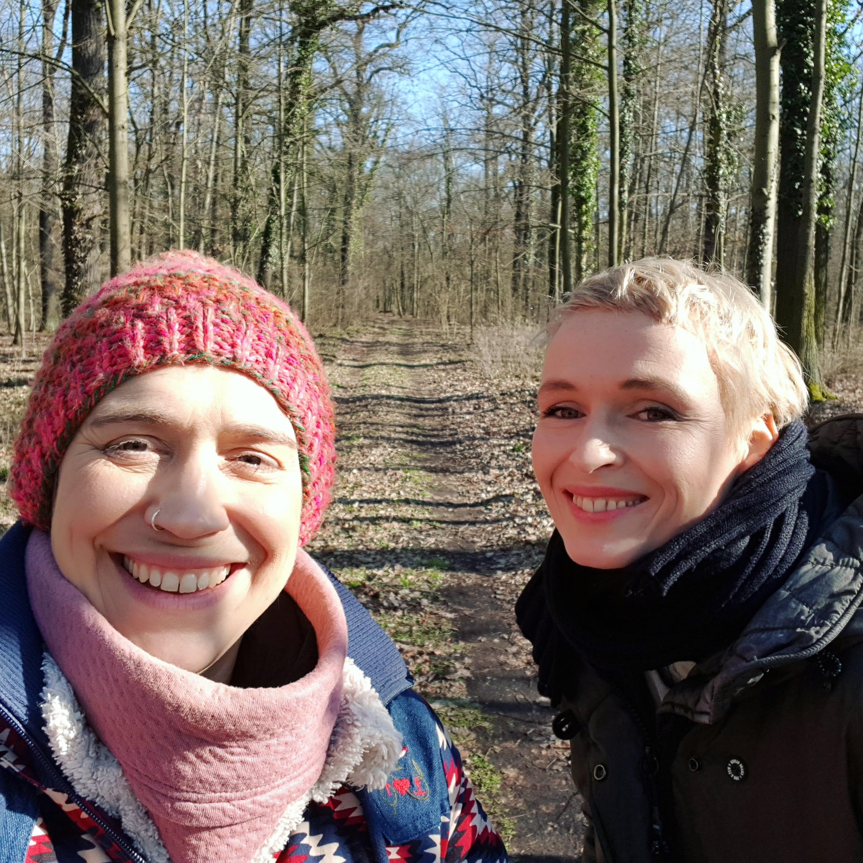 Figurenspielerin Julia Raab und Regisseurin Sandra Bringer nach Premiere von 'Im Frühling hat man keine Lust zu sterben' in Annaburg
