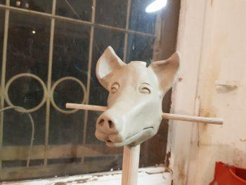Figurenkopf in Ton modelliert von Figurenspielerin Julia Raab im Atelier fiese8 für die Produktion 'Der schwarze Hund'