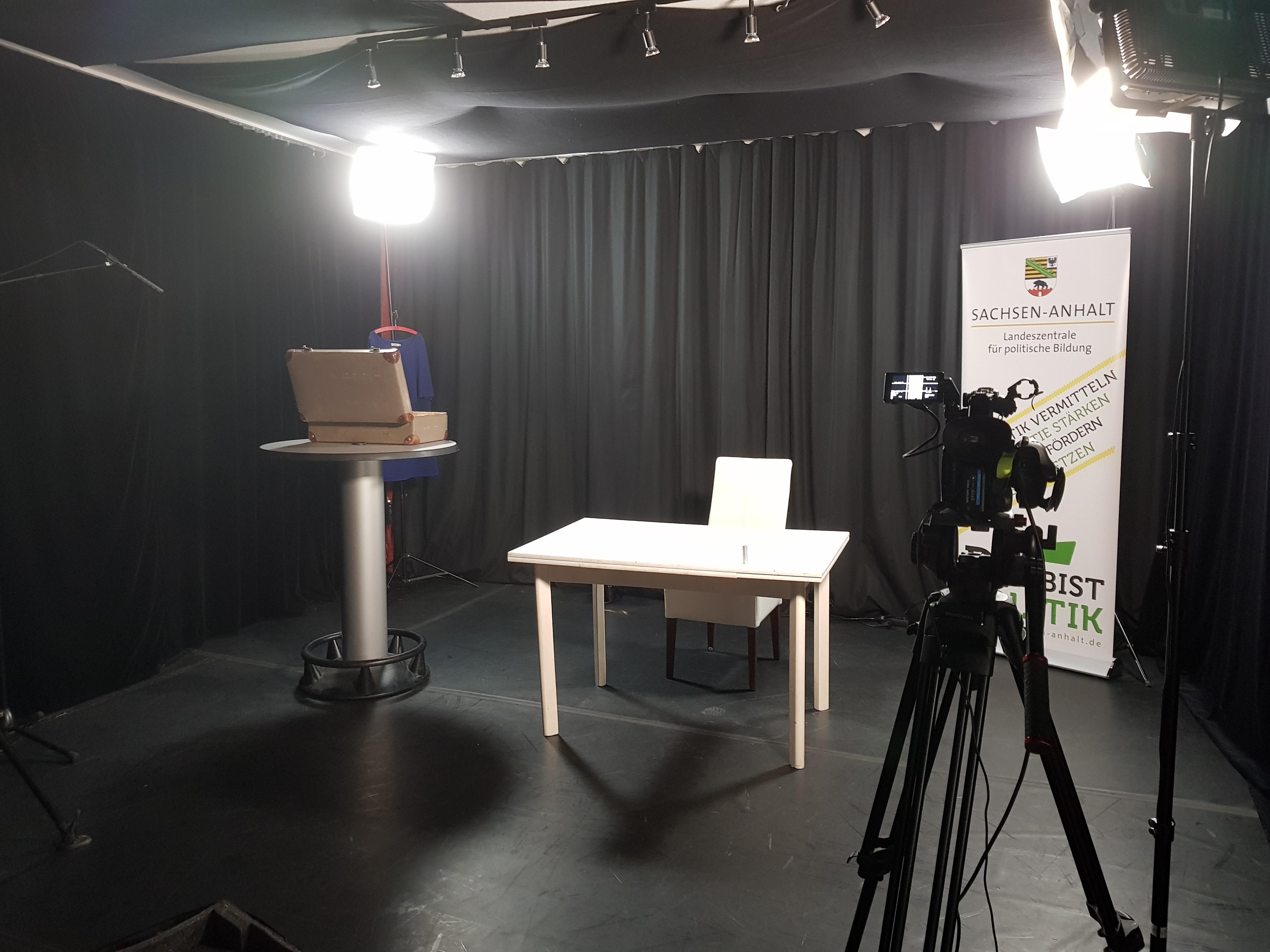 Aufbau des Offenen Kanals Wettin für den Livestream von 'Im Frühling hat man keine Lust zu sterben' in der Volksbühne am Kaulenberg in Halle (Saale)