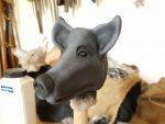 Figurenkopf aus Hatovit, bemalt von Figurenspielerin Julia Raab im Atelier fiese8 für die Produktion 'Der schwarze Hund'