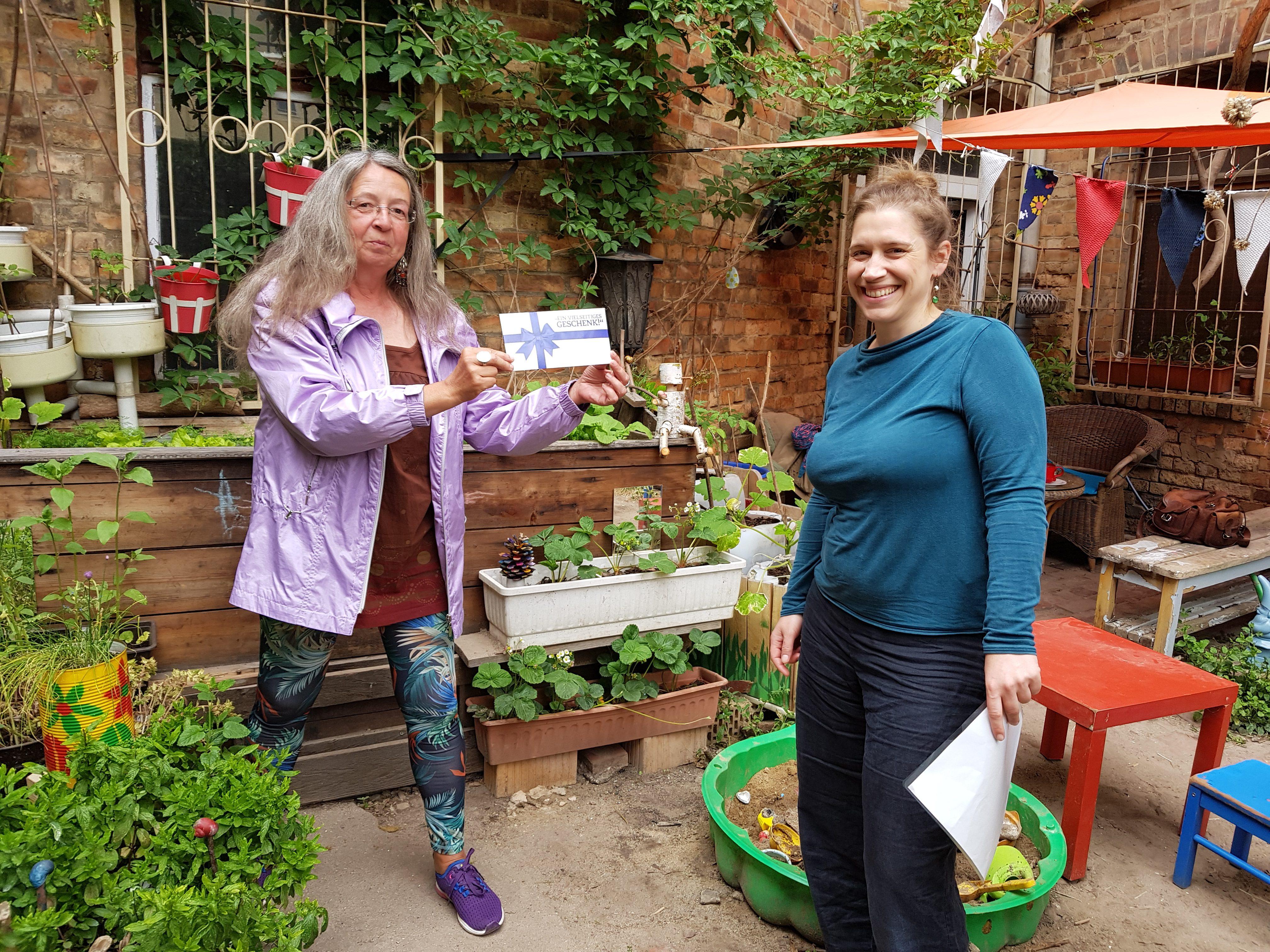 Schulleiterin Frau Falk überreicht Figurenspielerin Julia Raab eine Corona-Spende der Lehrerinnen und Lehrer der Comeniusschule Halle (Saale)