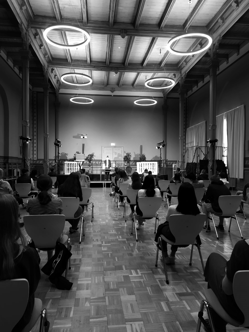 Vorstellung des Klassenzimmerstücks 'Im Frühling hat man keine Lust zu sterben!' von Figurenspielerin Julia Raab und Sandra Bringer im Lynol-Feininger-Gymnasium Halle (Saale)