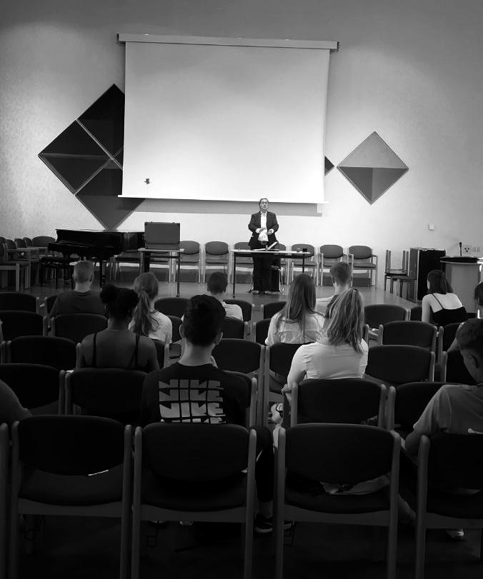 Vorstellung von 'Im Frühling hat man keine Lust zu sterben!' von Sandra Bringer mit Figurenspielerin Julia Raab im Domgymnasium Magdeburg