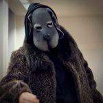 Probenfoto 'Der schwarze Hund', Figurenspielerin Julia Raab mit Vollmaske