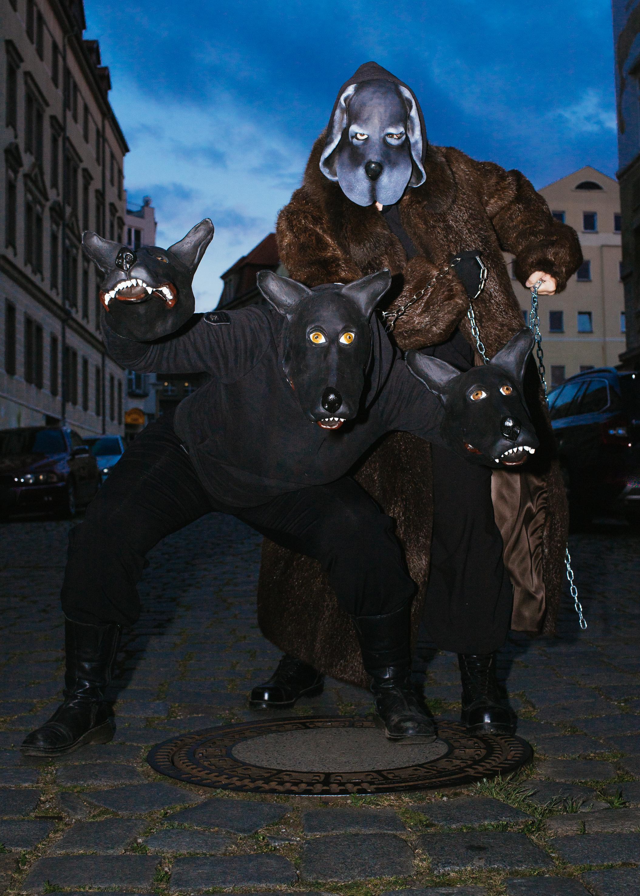Figurenspielerin Julia Raab und Anja Schwede mit Vollmasken und Figuren auf den Straßen von Halle (Saale) für die Figurentheaterproduktion 'Der schwarze Hund'; Foto: Julia Fenske