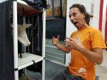 """DIY-Bühnenbildner Carsten Bach baut die """"Geisterbahn"""" für die Produktion 'Der schwarze Hund'"""