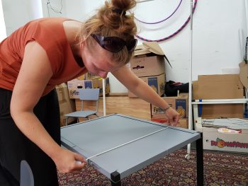 Anja Schwede nimmt Maß an den Bühnenbildelementen