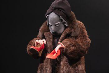 Szenenfoto aus der Figurentheaterproduktion 'Der schwarze Hund' zum Thema Depression von Figurenspielerin Julia Raab und Anja Schwede, Foto: Julia Fenske