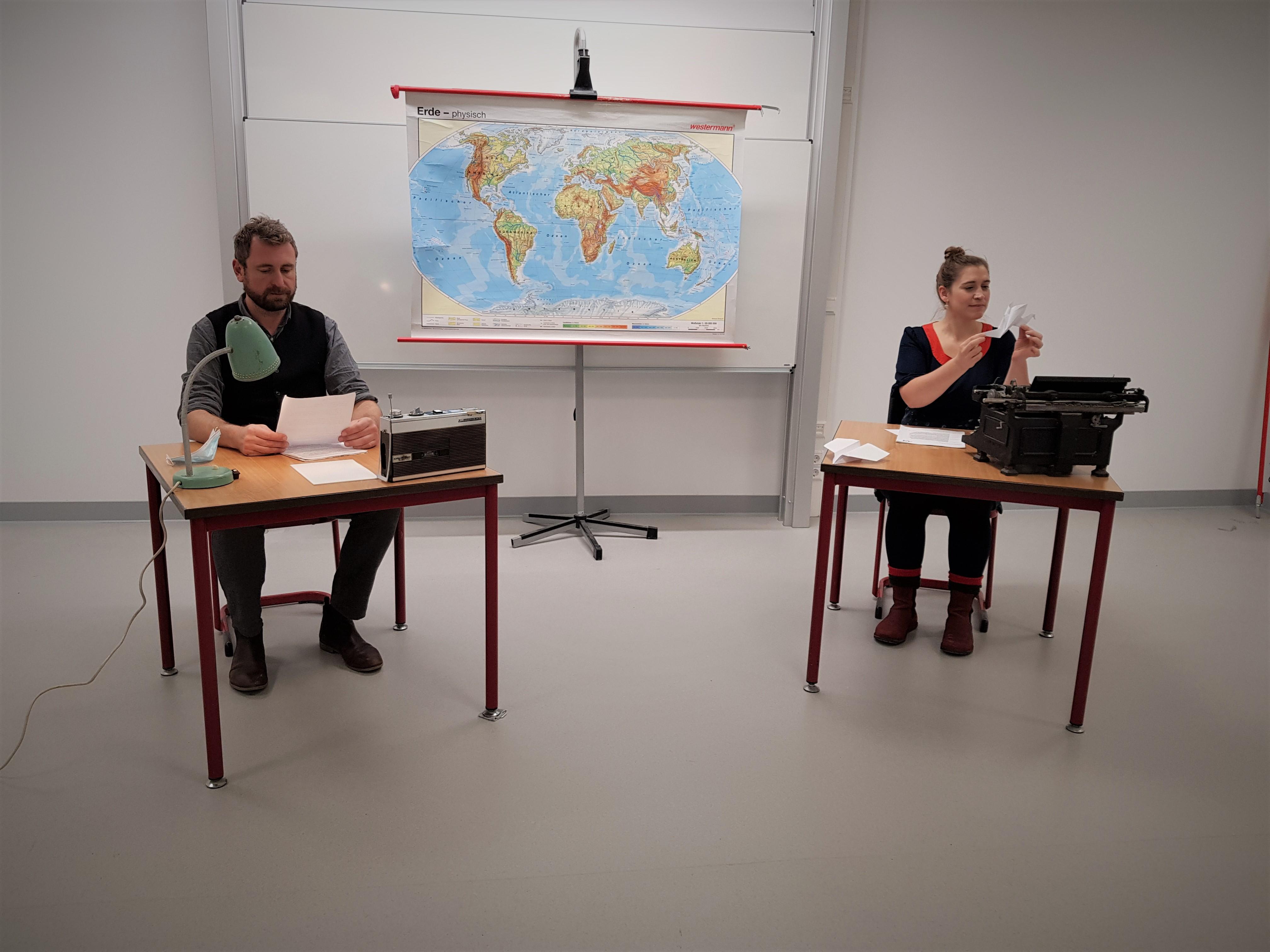 Schauspieler Martin Kreusch und Figurenspielerin Julia Raab lesen Fritz Hartnagel und Sophie Scholl in der Szenischen Lesung '...schon fünf Jahre oder noch länger lebst Du in dieser Wüste'