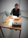 Schauspieler Martin Kreusch liest Fritz Hartnagel in der Szenischen Lesung '...schon fünf Jahre oder noch länger lebst Du in dieser Wüste'