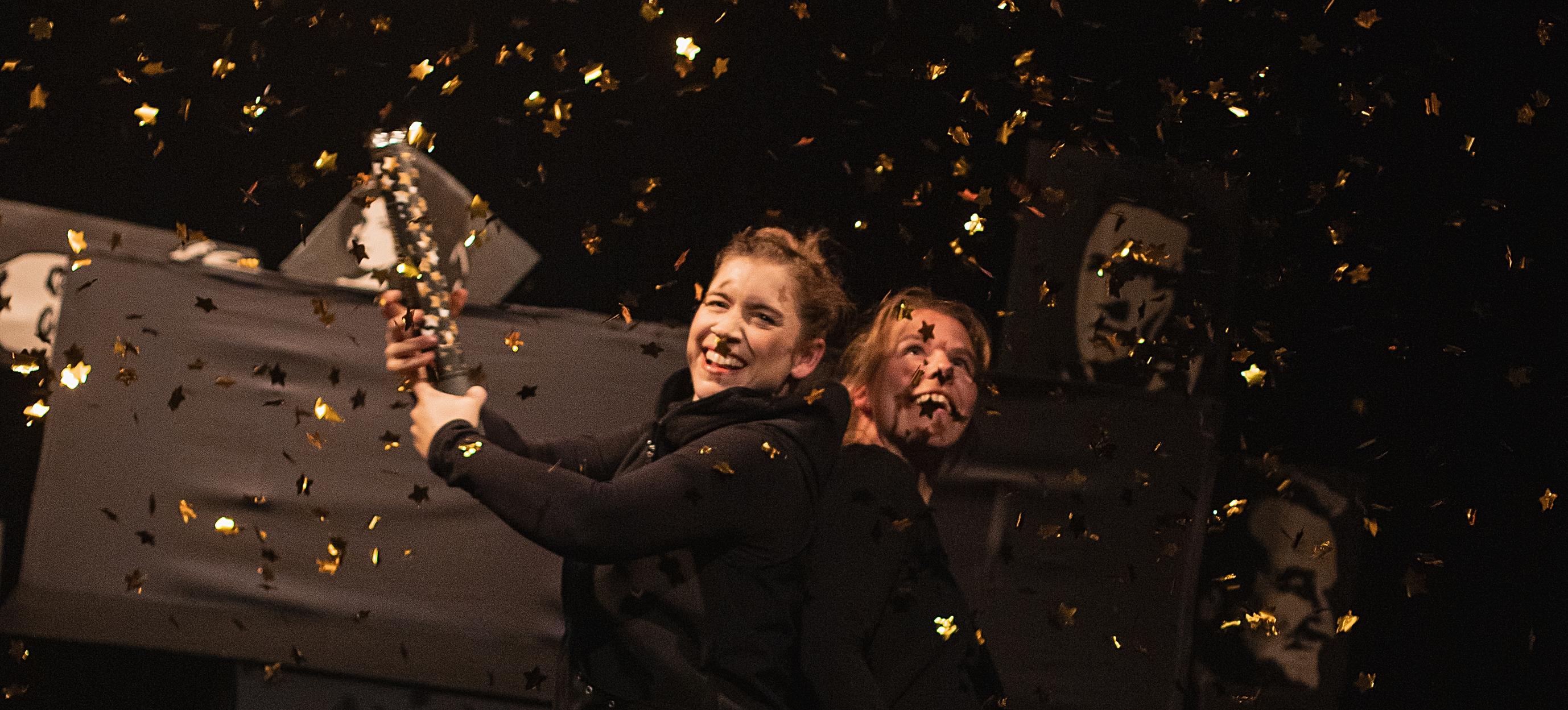 Figurenspielerin Julia Raab und Anja Schwede in 'Der schwarze Hund'