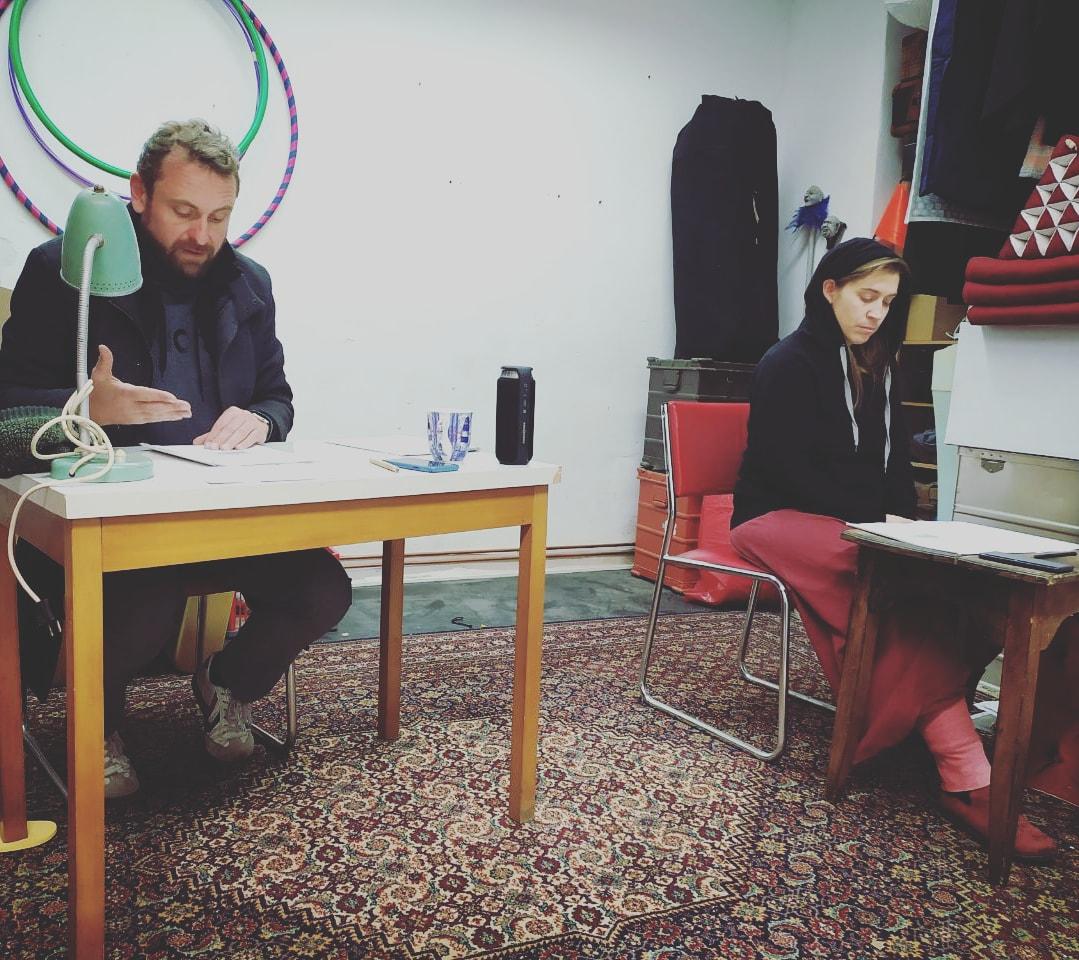 Figurenspielerin Julia Raab probt mi Schauspieler Martin Kreusch für Szenische Lesung zu Sophie Schull und Fritz Hartnagel im Atelier fiese8