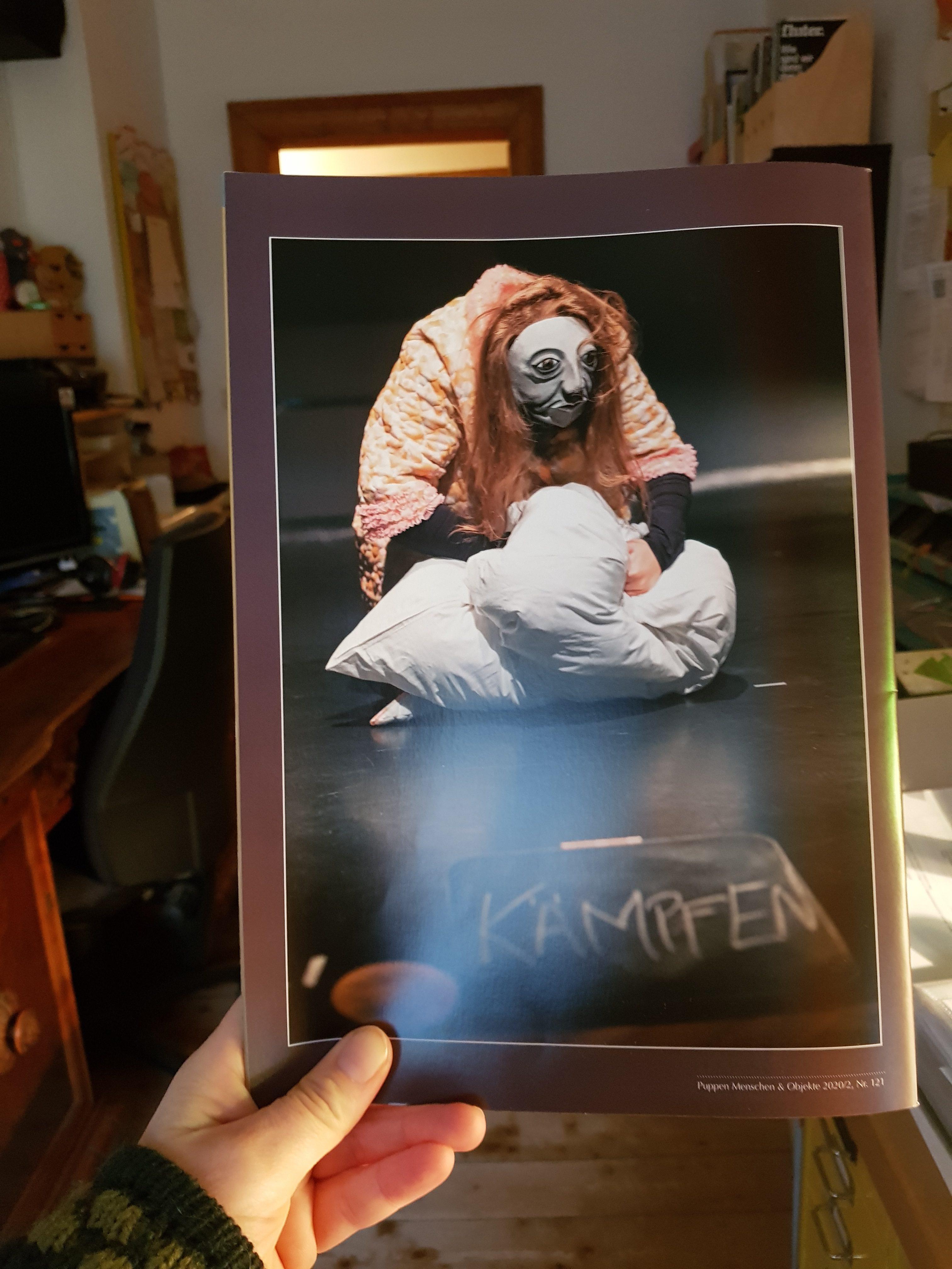 Rückseite der Theaterzeitschrift 'Puppen Menschen & Objekte', Ausgabe Nr. 121 (2020/2), Szenenfoto von 'Der schwarze Hund' von Fotographin Julia Fenske