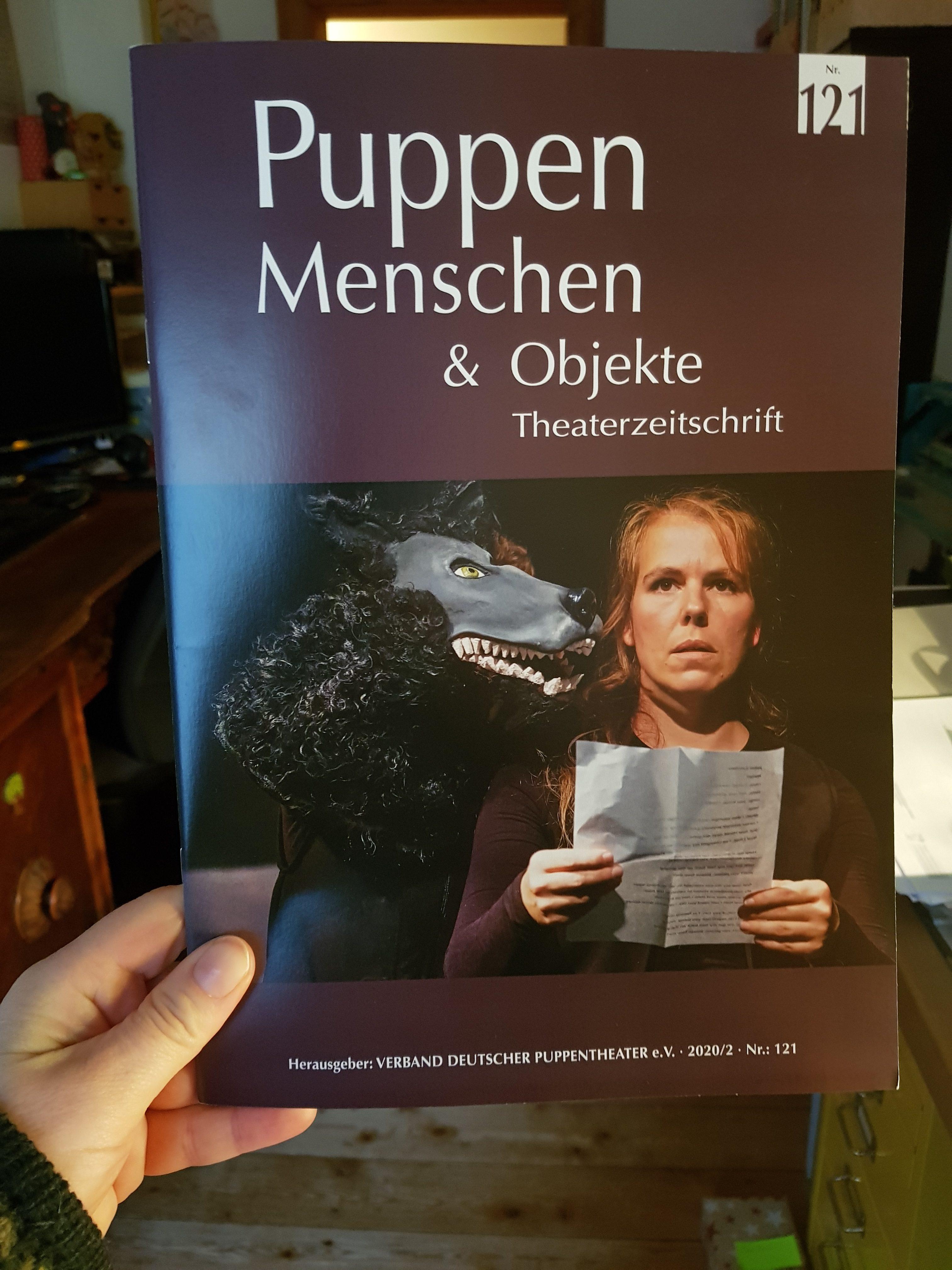 Titelseite der Theaterzeitschrift 'Puppen Menschen & Objekte', Ausgabe Nr. 121 (2020/2), Szenenfoto von 'Der schwarze Hund' von Fotographin Julia Fenske