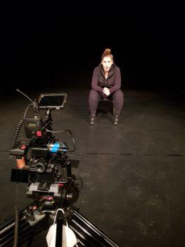 """Filmdreh im WUK Theater Quartier von Szenen aus der Figurentheater-Produktion """"Der schwarze Hund"""" mit Figurenspielerin Julia Raab und Kameramann Matthias Reger"""