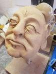 """Farbliche Gestaltung Figurenkopf Erich Mielke - Figurenbau für Klassenzimmerstück mit Figurenspiel """"Seid bereit, immer bereit?"""" von Sandra Bringer mit Figurenspielerin Julia Raab in Halle (Saale)"""