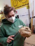 Figurenspielerin Julia Raab bearbeitet Figurenkopf mit Dremel im Atelier fiese8 in Halle (Saale)