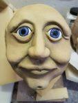 """Farbliche Gestaltung des Figurenkopfs 'Margot Honecker', Figurenbau für Klassenzimmerstück """"Seid bereit - immer bereit? Jungsein in der DDR"""" von Sandra Bringer und mit Figurenspielerin Julia Raab"""